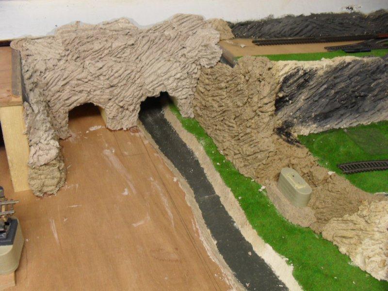 Implantation du tunnel en polystyrène dans le décor