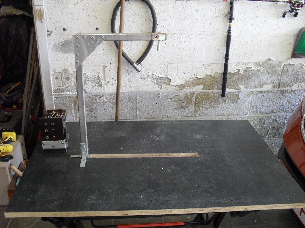 Assemblage potence sur le plateau de la table à découper due polystyrène
