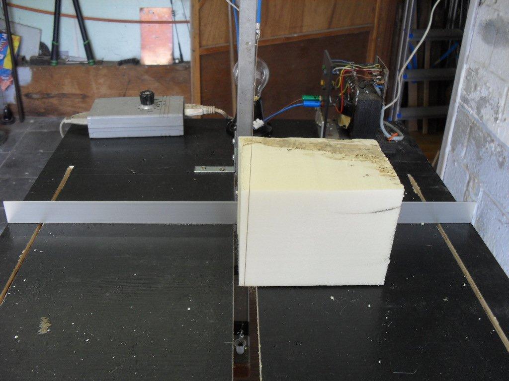 Système de guide pour une découpe droite du polystyrène
