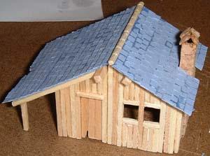 Le toit est monté Une petite cabane en allumettes.