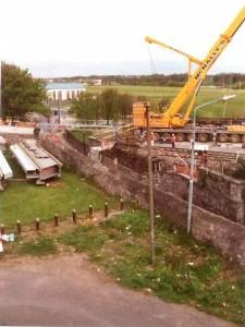 Samedi matin ancien pont détruit dans la nuit. Le tuyau bleu supporté par les poutrelles en alu contient les câbles de signalisation. Remplacement d'un pont