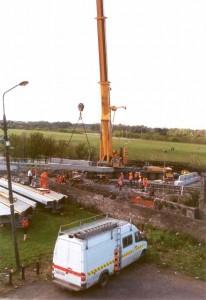 Mise en place des blocs de béton supportant le nouveau pont. Remplacement d'un pont
