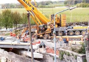 Transport de briques pour maintenir le ballast Remplacement d'un pont